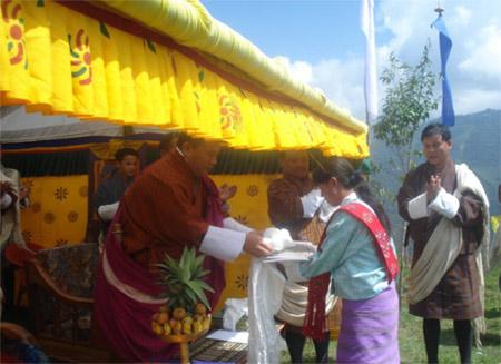 Dzongda awards certificates
